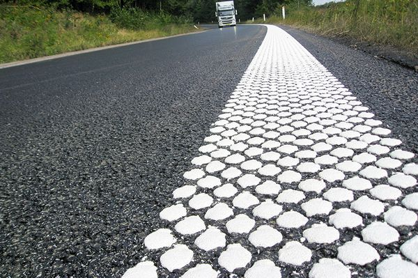 Road marking with retroflection
