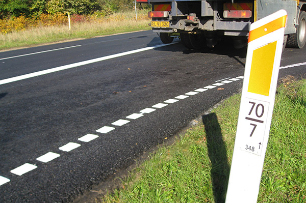 Thermoplastic line markings applied on moist surfaces